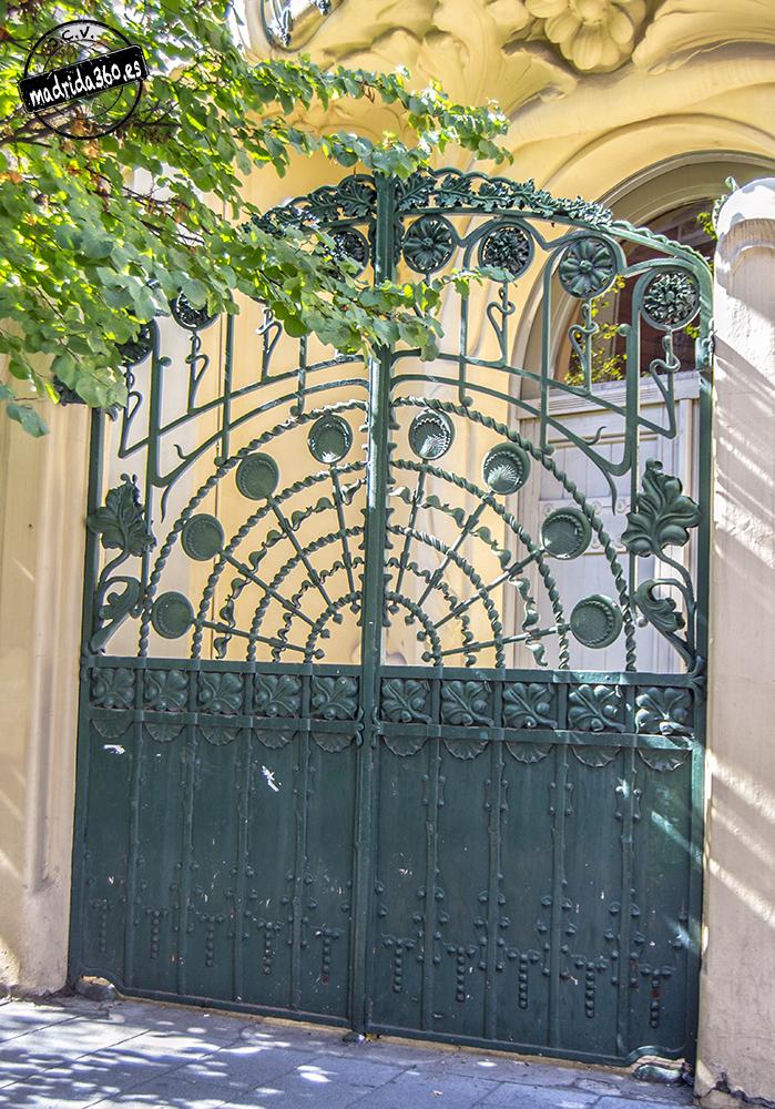 detalle de la puerta de la verja